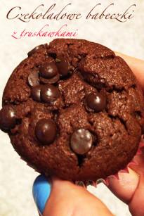 Czekoladowe muffinki z truskawkami