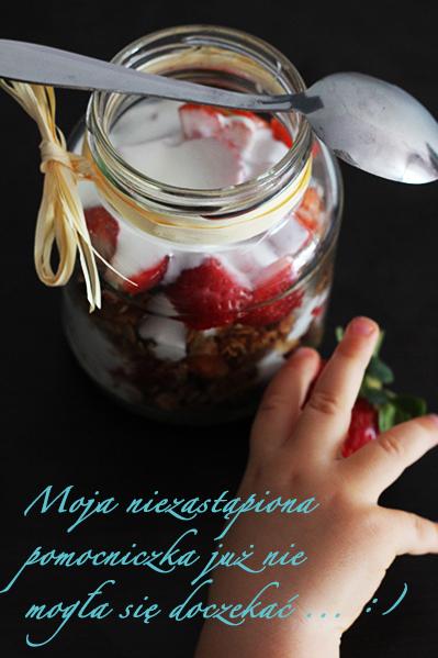 Granola z truskawkami i jogurtem