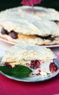 Tort bezowo-lodowy z malinami