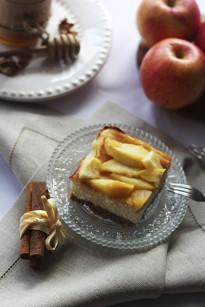 Bożonarodzeniowy sernik z karmelizowanymi jabłkami
