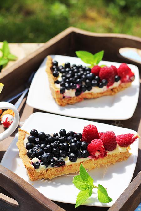 Tarta z białą czekoladą, jagodami i malinami