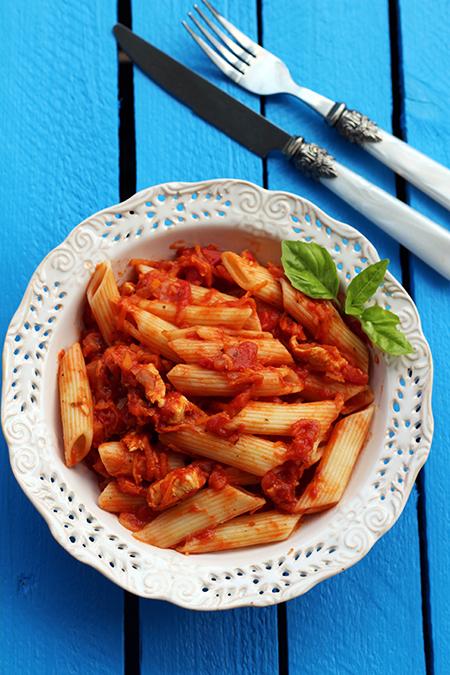 Makaron penne z kurczakiem i pomidorami