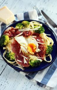 Tagliatelle z brokułami, prosciutto i jajkiem sadzonym