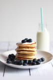 Cytrynowe jogurtowe pancakes z sosem waniliowym – idealne mleczne śniadanie na rozpoczęcie roku szkolnego