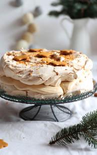 Orzechowy tort bezowy z kremem pierniczkowym