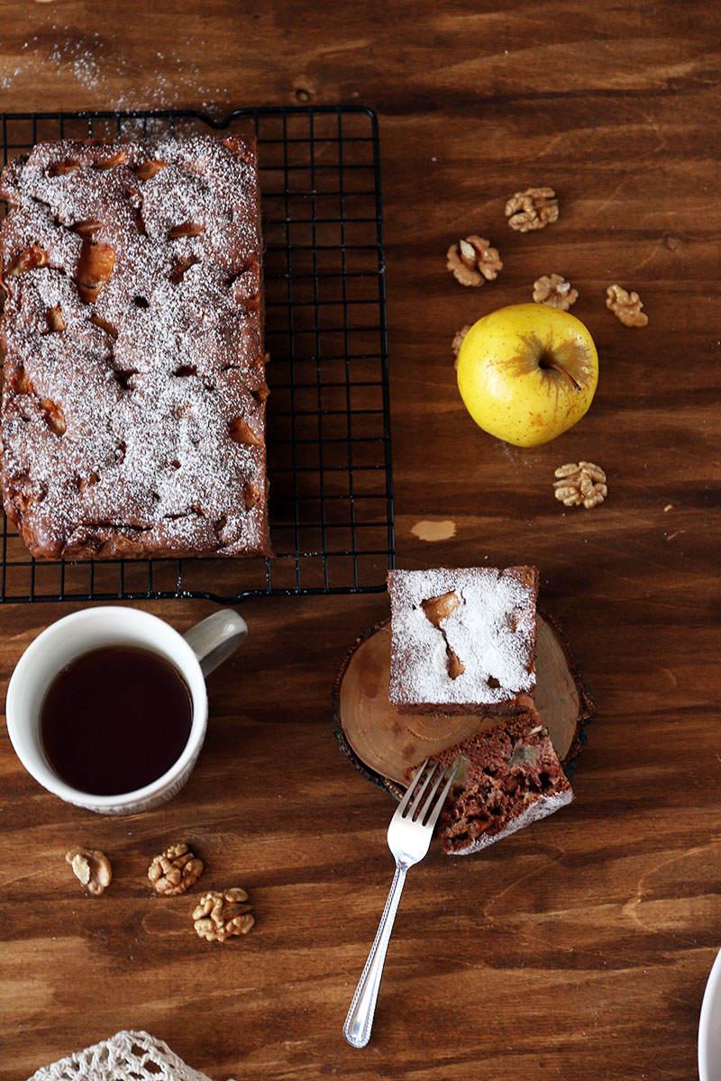 Ciasto-czekoladowe-z-jablkami-i-orzechami