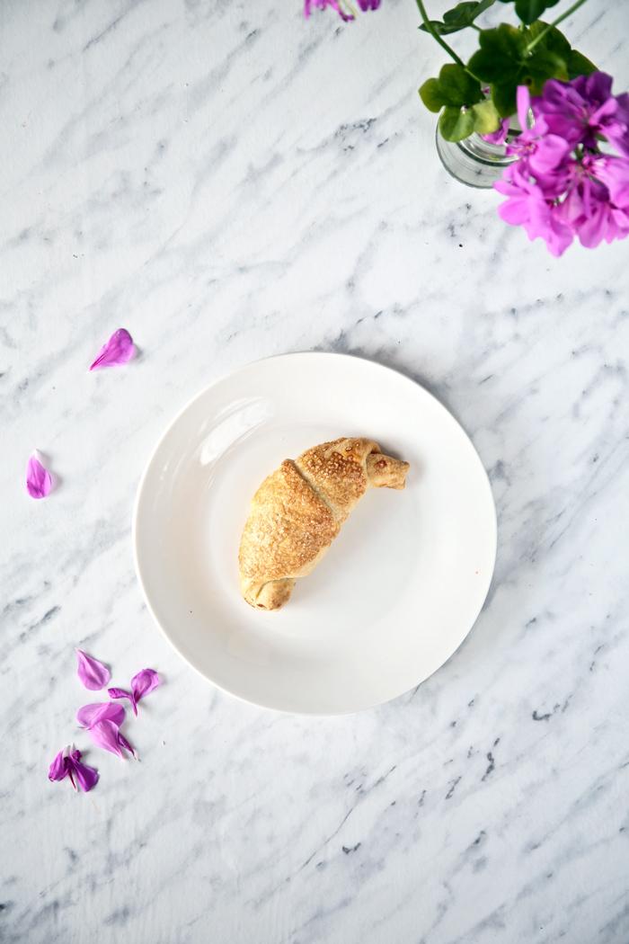 rogaliki-z-powidlami-z-kruchego-ciasta