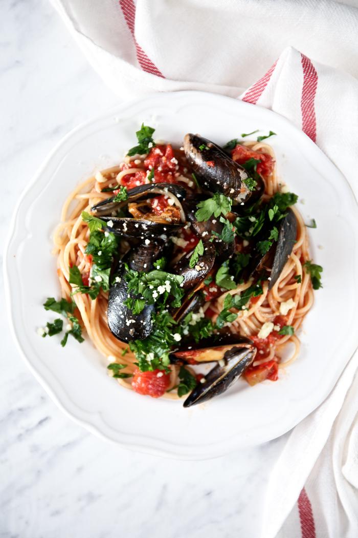 spaghetti-z-malzami-w-sosie-pomidorowym