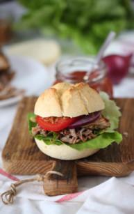 Szarpana wieprzowina z bekonem, warzywami i sosem BBQ
