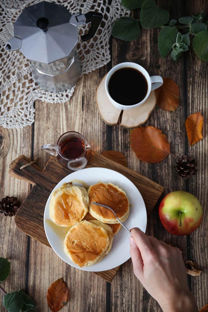 przepis na pancakes z sosem miodowym