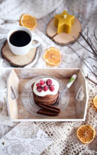 Czekoladowe pancakes z owocami