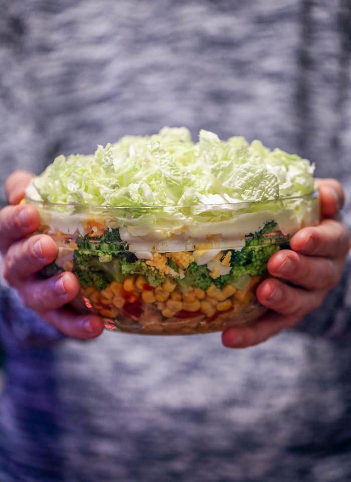 Sałatka warstwowa z kurczakiem i brokułami