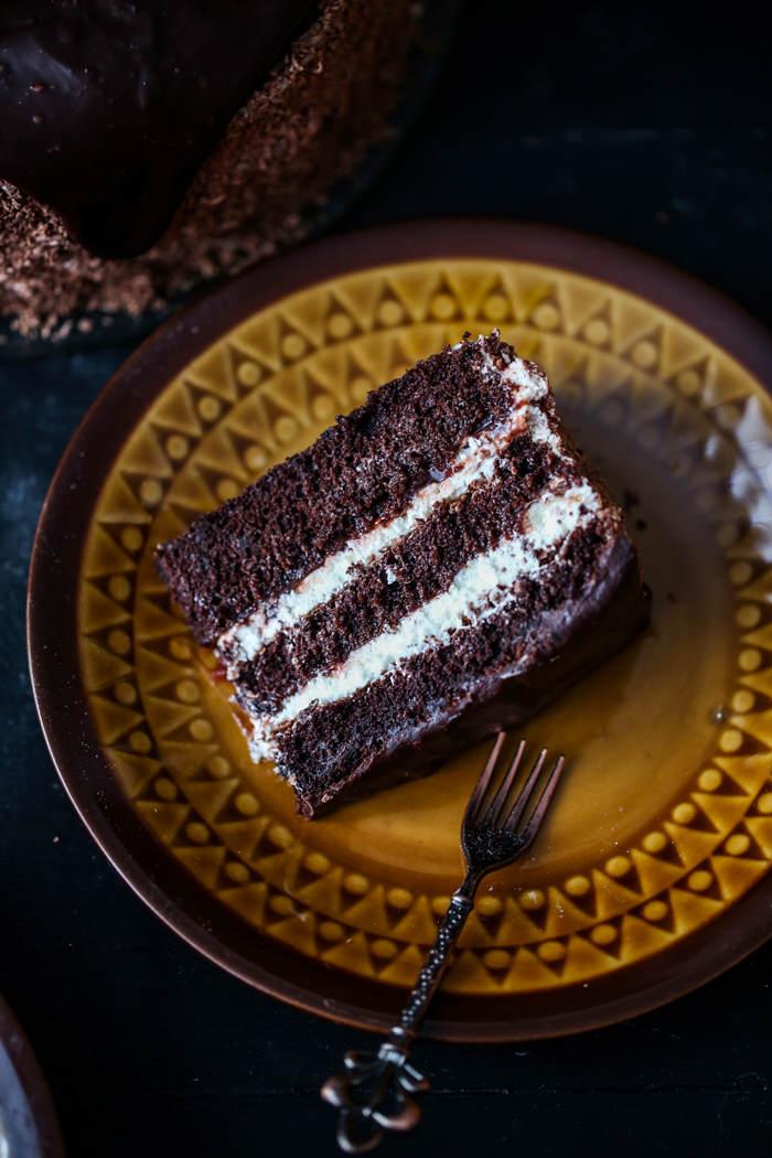 Czekoladowy tort z bitą śmietaną i powidłami