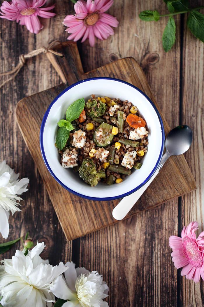 Kasza z warzywami i fetą przepis
