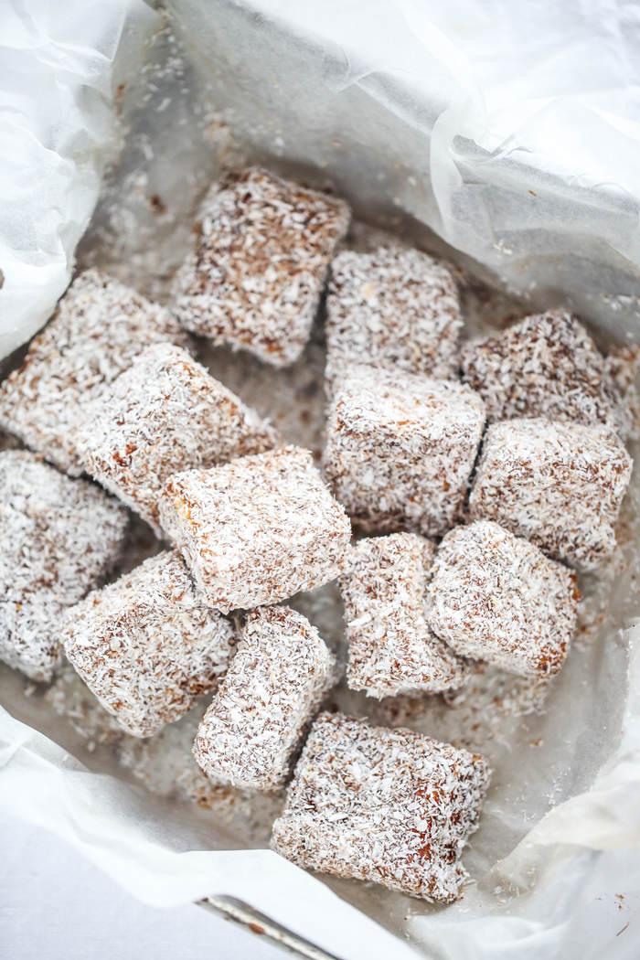 Biszkopt w polewie czekoladowej z kokosem