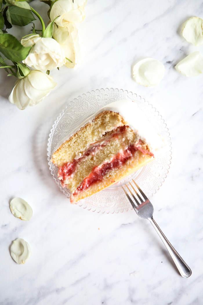 Lekki tort z musem truskawkowym