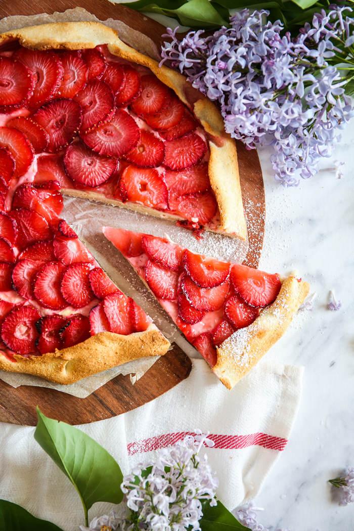 Tarta z truskawkami i twarożkiem przepis