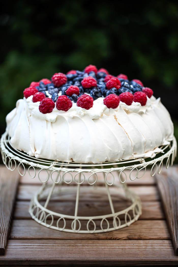 Tort bezowy z owocami przepis