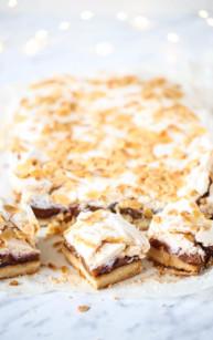 Kruche ciasto migdałowe ze śliwkami i bezą