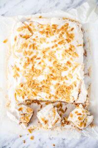 Kruche migdałowe ciasto ze śliwkami i bezą