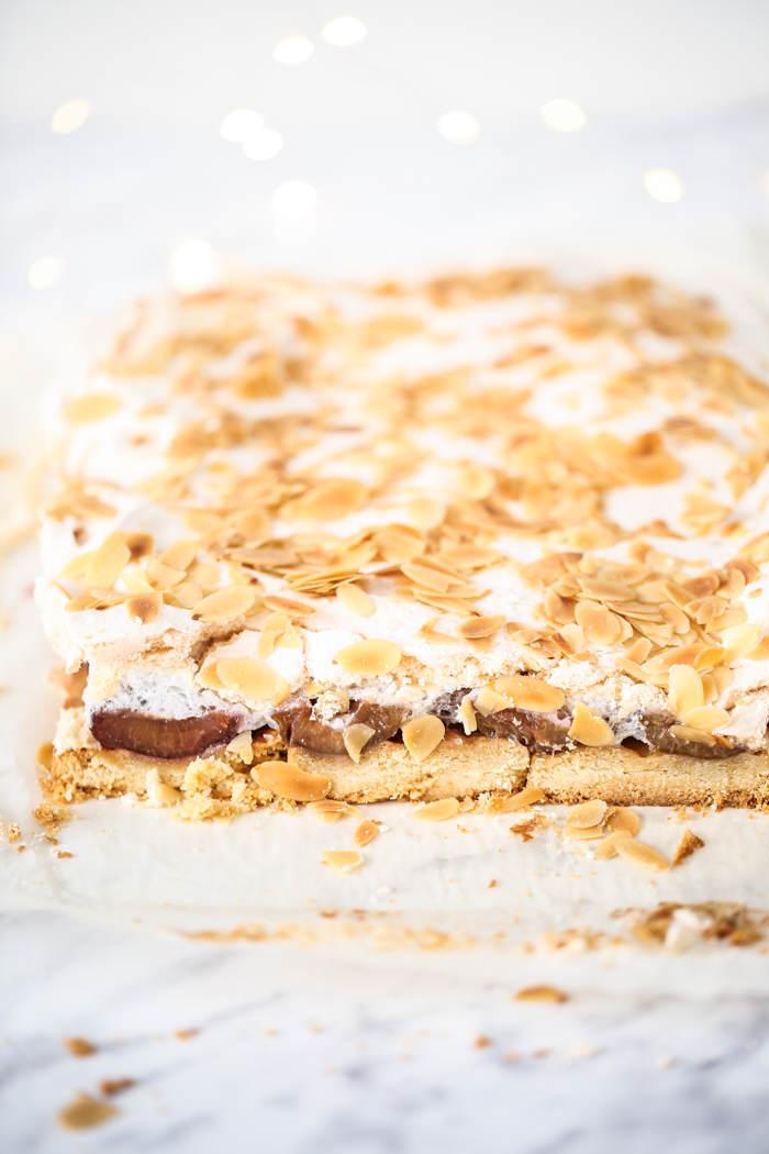 Kruche migdałowe ciasto ze śliwkami