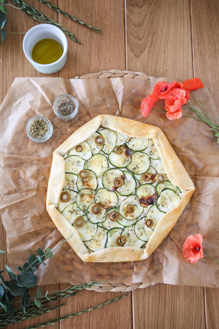Wytrawna tarta z cukinią serem i oliwkami
