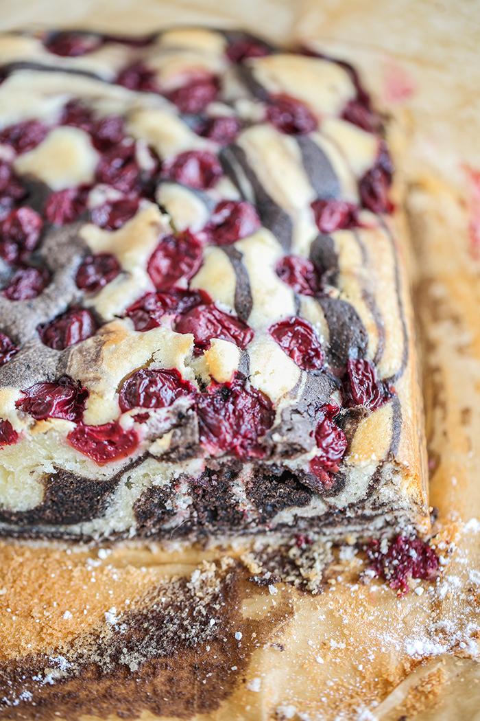 Łaciate ciasto z wiśniami