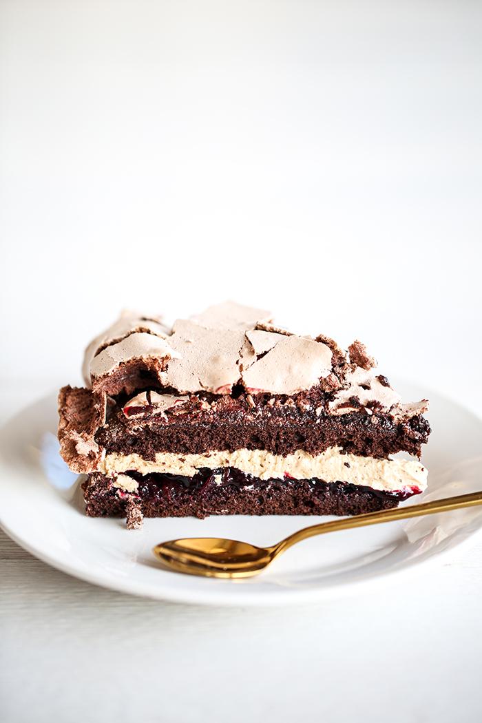 Ciasto czekoladowe z czarną porzeczką i bezą