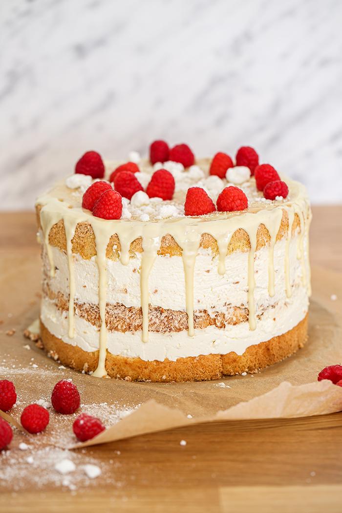 Tort kokosowy z malinami i białą czekoladą
