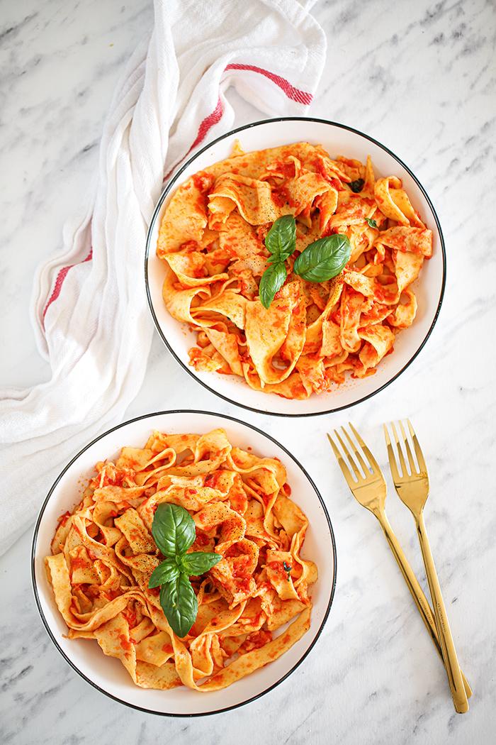 Domowy makaron z sosem pomidorowo-bazyliowym