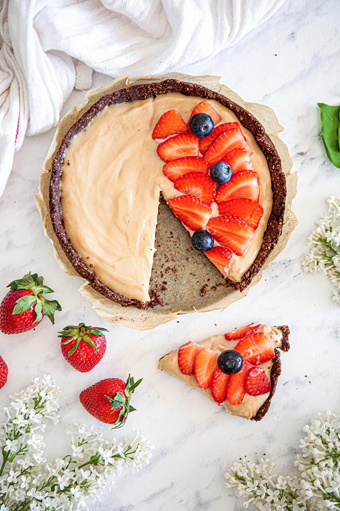 Tarta z kremem truskawkowym i owocami